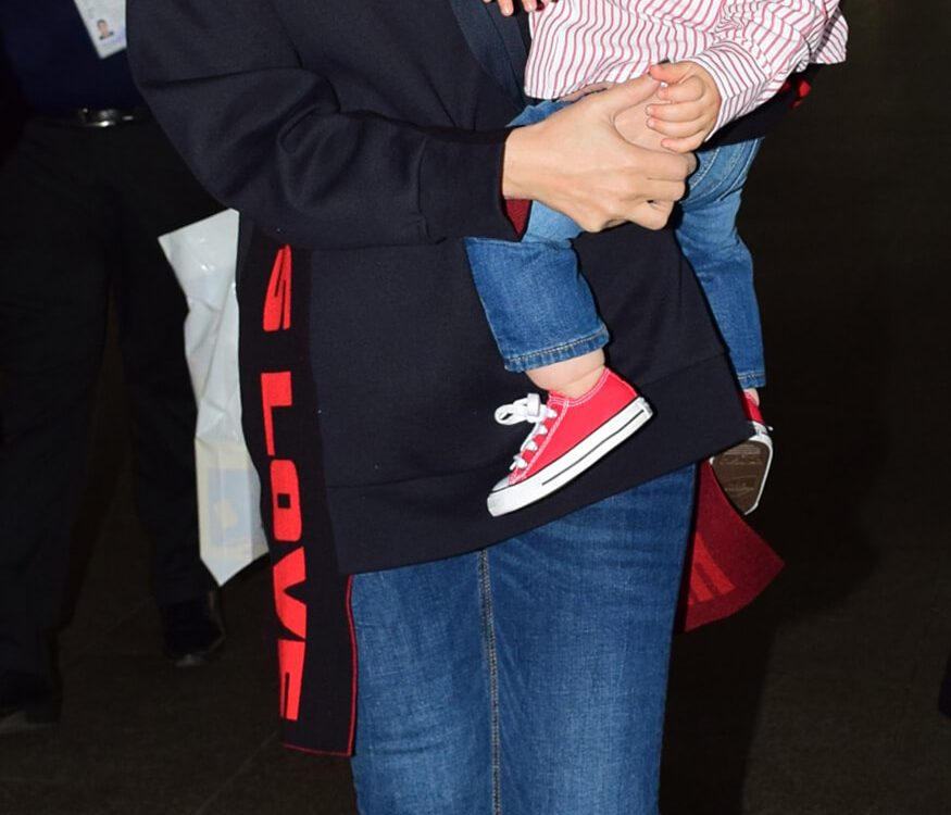 Kareena Kapoor with son Taimur ali khan (1)