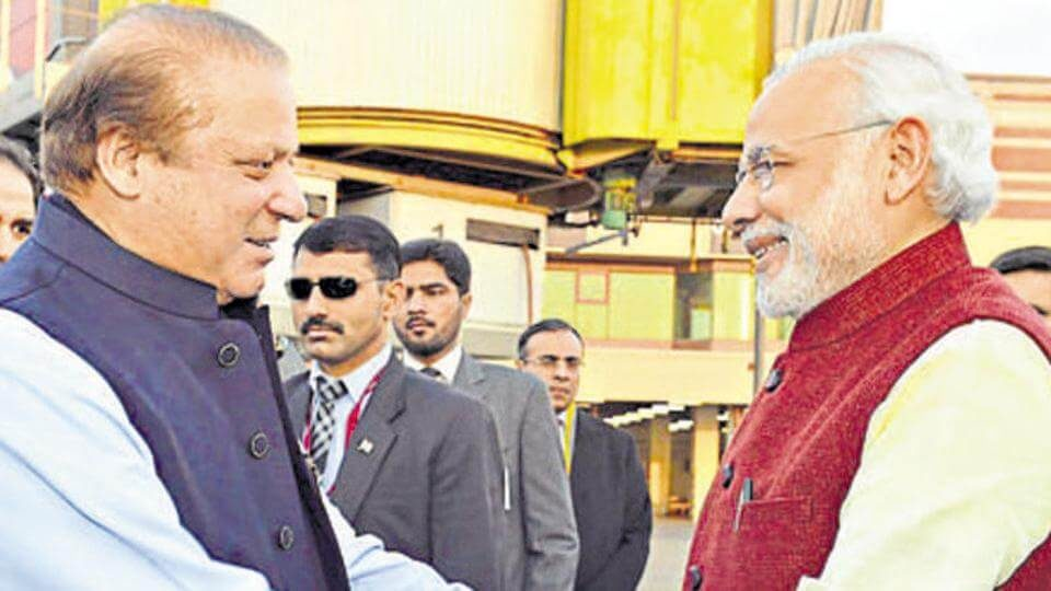 Narendra Modi warmly received by the Prime Minister of Pakistan Nawaz Sharif in Lahore (1)
