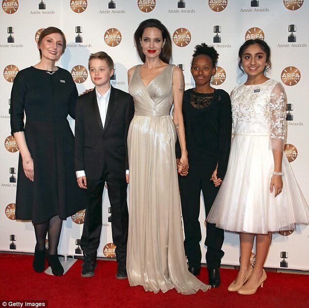 Shiloh (L) with mom Angelina Jolie at the 2018 Annie Awards (1)